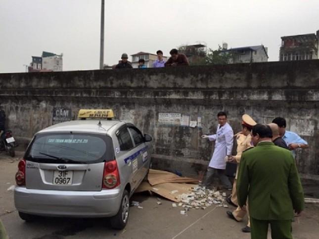 Hà Nội: Xe taxi mất kiểm soát, đâm 2 bà cháu thương vong - ảnh 1