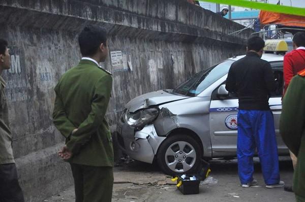 Toàn cảnh hiện trường xe taxi đâm chết người ở Hà Nội - ảnh 3