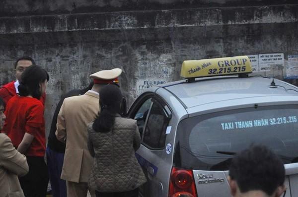 Toàn cảnh hiện trường xe taxi đâm chết người ở Hà Nội - ảnh 2