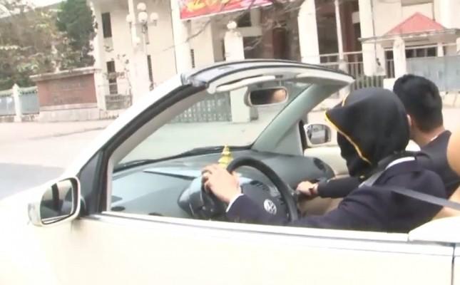 Hãi hùng thanh niên bịt mắt lái ôtô mui trần trên đường Hà Nội - ảnh 1