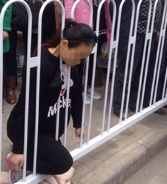 Mắc kẹt ở hàng rào bên đường, cô gái trẻ mang thai chết tức tưởi - ảnh 1