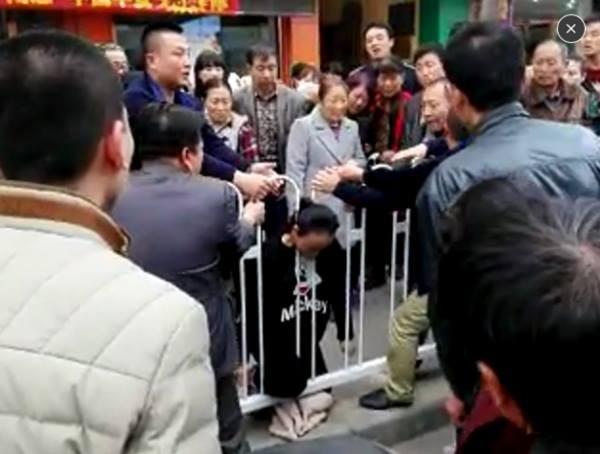Mắc kẹt ở hàng rào bên đường, cô gái trẻ mang thai chết tức tưởi - ảnh 2
