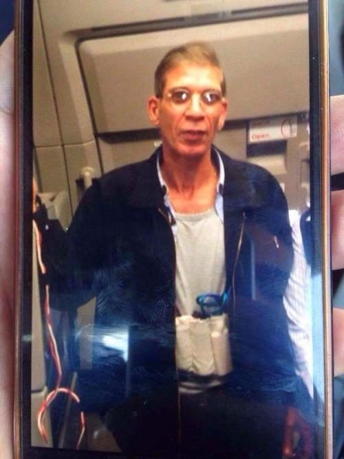 Không tặc Ai Cập dùng ốp lưng iPhone giả làm bom - ảnh 1