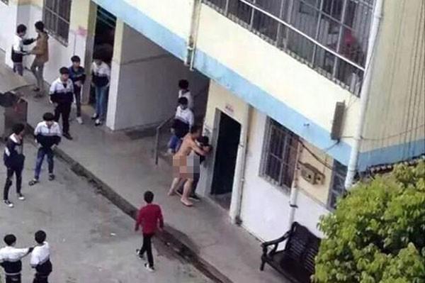 Thầy giáo khỏa thân quấy rối nữ sinh vào giờ nghỉ trưa - ảnh 1
