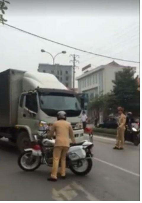 Vây bắt thầy giáo lái xe tải húc đổ xe cảnh sát rồi bỏ chạy - ảnh 3