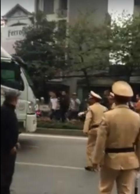 Vây bắt thầy giáo lái xe tải húc đổ xe cảnh sát rồi bỏ chạy - ảnh 1
