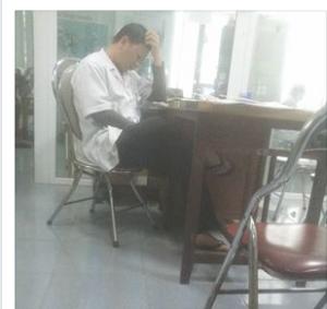 'Nghịch điện thoại' bắt bệnh nhân chờ, điều dưỡng bị kỷ luật - ảnh 1