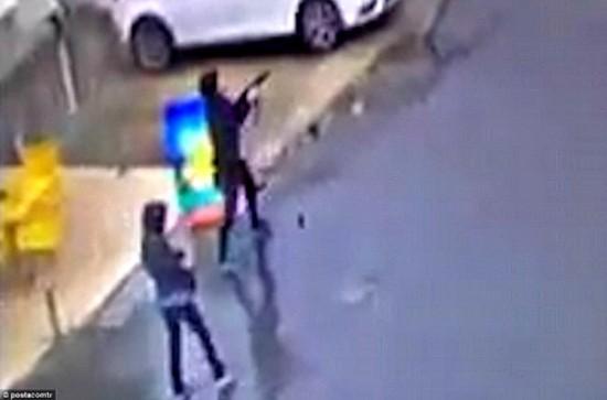 Hai phụ nữ nã đạn vào đồn cảnh sát Thổ Nhĩ Kỳ [VIDEO] - ảnh 1