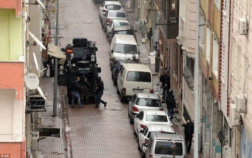 Hai phụ nữ nã đạn vào đồn cảnh sát Thổ Nhĩ Kỳ [VIDEO] - ảnh 2