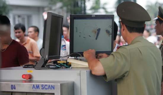 Một cảnh sát mang súng trong hành lý ở sân bay Nội Bài - ảnh 1