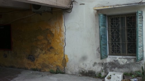Cận cảnh nhà nứt dọa sập uy hiếp người dân ở khu đắt đỏ Hà Nội - ảnh 7