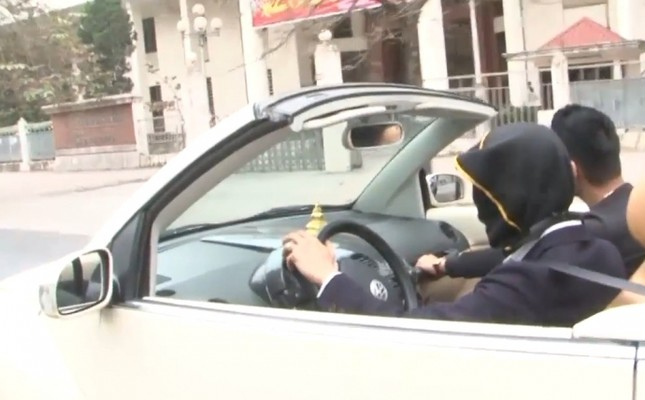 Lý do tài xế trùm kín mặt lái ô tô trên phố HN gây tranh cãi - ảnh 1