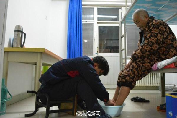 Cảm động chàng sinh viên đưa cha bại liệt vào đại học để chăm sóc - ảnh 2