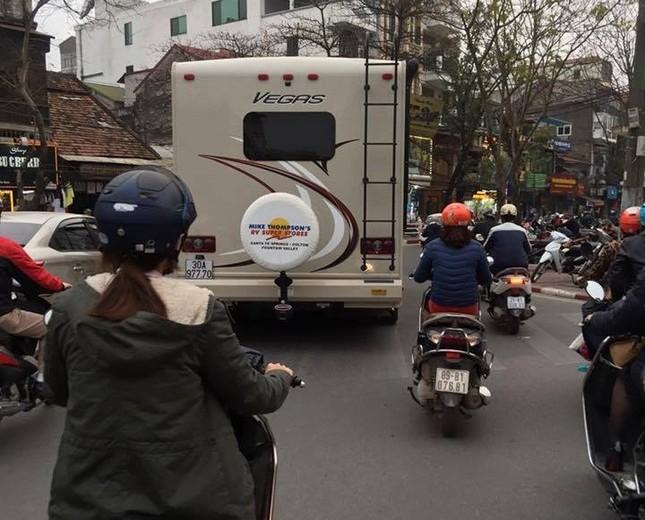 """""""Boeing 797"""" lăn bánh gây sốt trên đường phố Hà Nội - ảnh 2"""