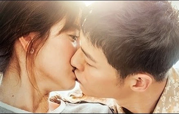 Song Joong Ki - Song Hye Kyo và nụ hôn 'bão' hậu duệ của mặt trời - ảnh 1