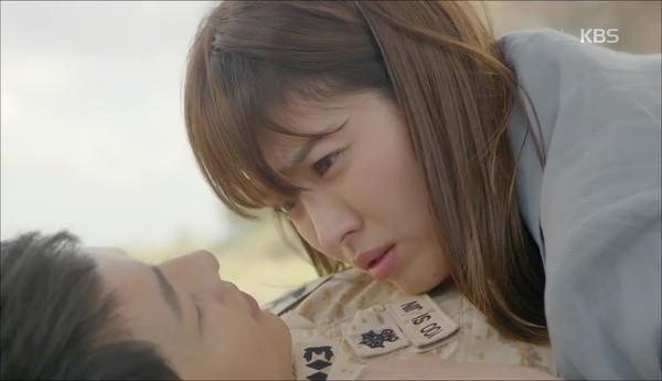 Song Joong Ki - Song Hye Kyo và nụ hôn 'bão' hậu duệ của mặt trời - ảnh 2