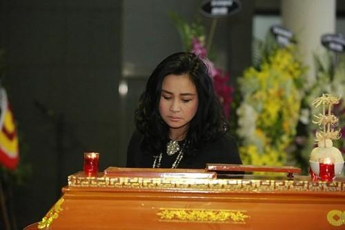 Thu Minh nức nở, Hà Hồ tỏ 'thái độ lạ' bên linh cữu NS Lương Minh - ảnh 6