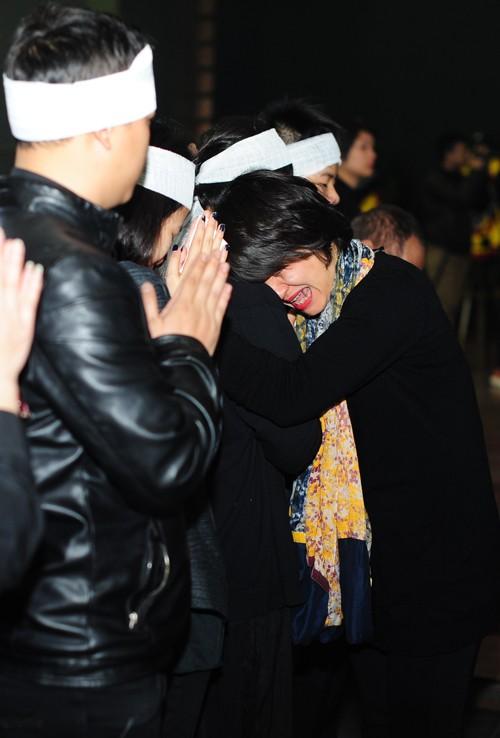 Mỹ Tâm khóc nức nở, vợ NS Lương Minh ngã quỵ bên linh cữu chồng - ảnh 4