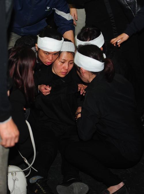 Mỹ Tâm khóc nức nở, vợ NS Lương Minh ngã quỵ bên linh cữu chồng - ảnh 3