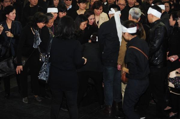 Mỹ Tâm khóc nức nở, vợ NS Lương Minh ngã quỵ bên linh cữu chồng - ảnh 2