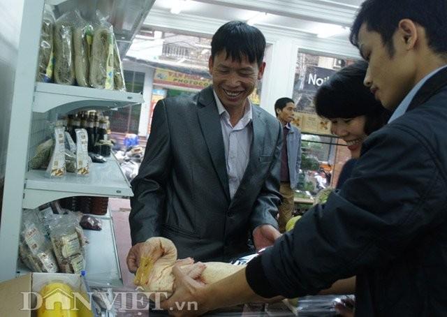 Hỏng đầm tôm, ông Đoàn Văn Vươn tiếp thị vịt sạch ở Thủ đô - ảnh 1