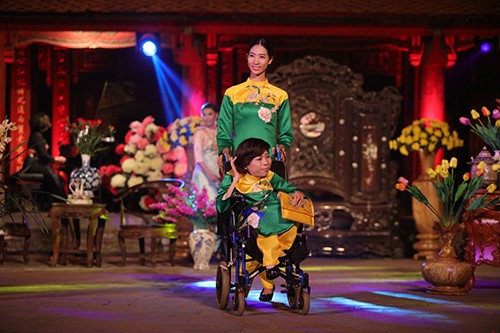 Hoa hậu Ngọc Hân trình diễn áo dài cùng người khuyết tật - ảnh 1