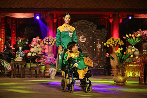 Hoa hậu Ngọc Hân trình diễn áo dài cùng người khuyết tật - ảnh 2