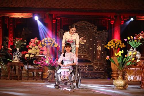 Hoa hậu Ngọc Hân trình diễn áo dài cùng người khuyết tật - ảnh 3