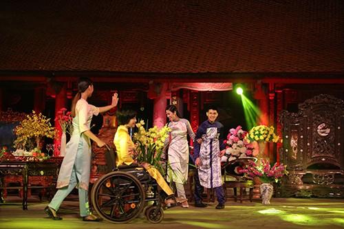 Hoa hậu Ngọc Hân trình diễn áo dài cùng người khuyết tật - ảnh 4