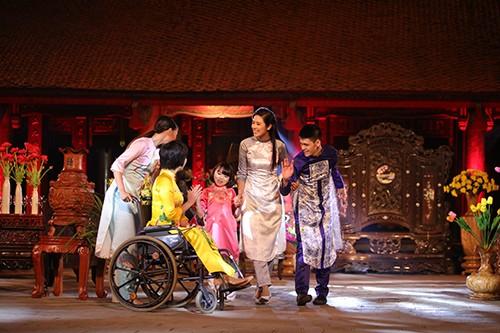 Hoa hậu Ngọc Hân trình diễn áo dài cùng người khuyết tật - ảnh 5