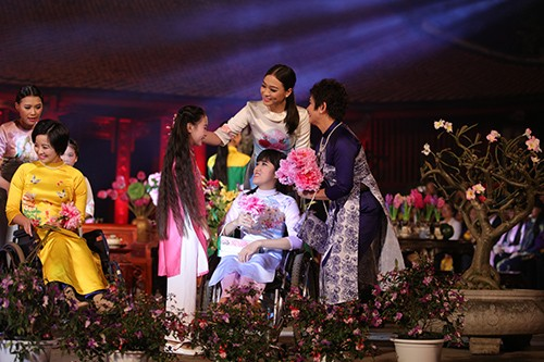 Hoa hậu Ngọc Hân trình diễn áo dài cùng người khuyết tật - ảnh 6