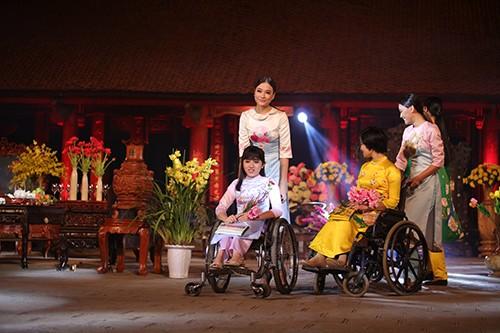 Hoa hậu Ngọc Hân trình diễn áo dài cùng người khuyết tật - ảnh 7