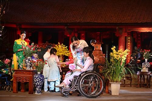 Hoa hậu Ngọc Hân trình diễn áo dài cùng người khuyết tật - ảnh 9