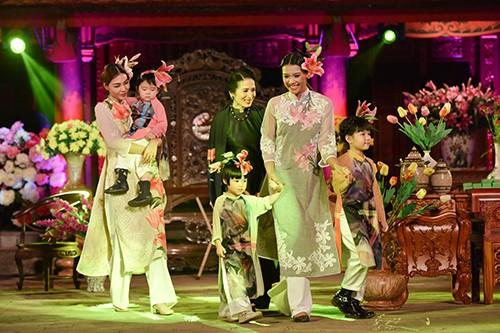 Hoa hậu Ngọc Hân trình diễn áo dài cùng người khuyết tật - ảnh 11