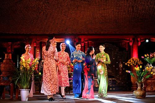 Hoa hậu Ngọc Hân trình diễn áo dài cùng người khuyết tật - ảnh 15