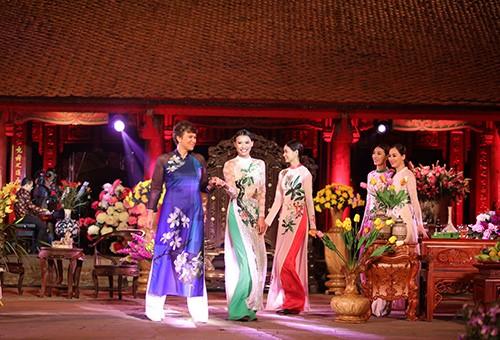 Hoa hậu Ngọc Hân trình diễn áo dài cùng người khuyết tật - ảnh 18
