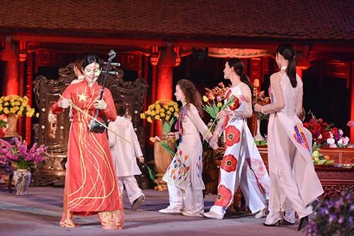 Hoa hậu Ngọc Hân trình diễn áo dài cùng người khuyết tật - ảnh 21