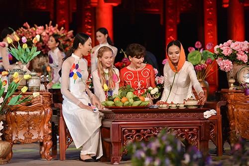 Hoa hậu Ngọc Hân trình diễn áo dài cùng người khuyết tật - ảnh 22