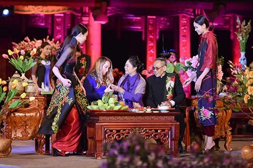Hoa hậu Ngọc Hân trình diễn áo dài cùng người khuyết tật - ảnh 25