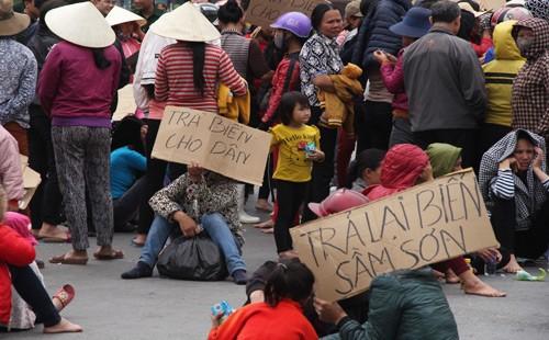 Khởi tố vụ ngư dân vây trụ sở UBND tỉnh yêu cầu trả biển Sầm Sơn - ảnh 1