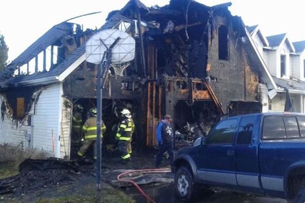 Bị đình chỉ học 4 học sinh đốt nhà thầy hiệu trưởng đến cháy rụi  - ảnh 1