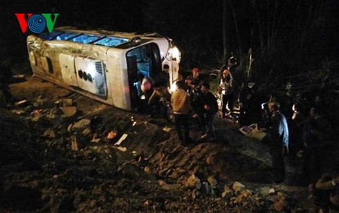 Tin mới vụ xe khách chở 34 người đi lễ chùa Vàng lao xuống vực - ảnh 1