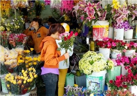 Hoa tươi 'nóng' trước thềm 8/3, hồng mạ vàng đắt khách - ảnh 1
