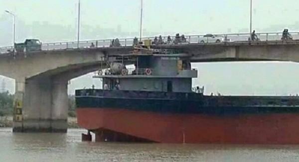Bộ GTVT: Tiến hành giải cứu cầu An Thái bị tàu 3.000 tấn đâm - ảnh 1
