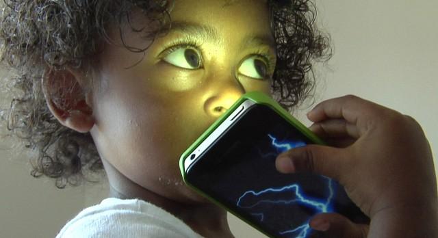 Những tác hại khủng khiếp của điện thoại đối với trẻ em - ảnh 1