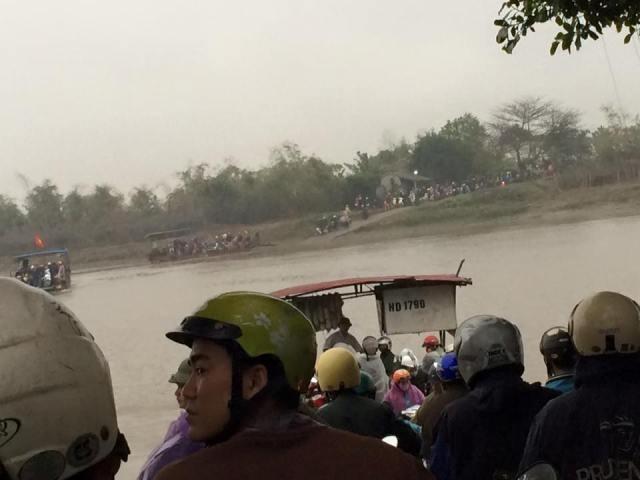 Hải Dương: Cầu bị đâm hỏng, dân hỗn loạn tìm đường qua sông - ảnh 2