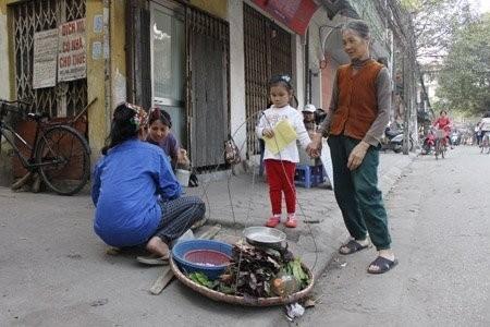 Trên con phố cả năm là Quốc tế Phụ nữ giữa lòng Hà Nội - ảnh 8
