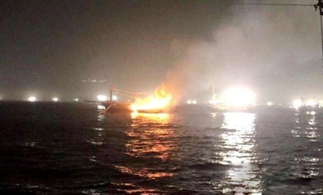 Tàu cá gần 7 tỷ đồng bất ngờ bốc cháy dữ dội trong đêm - ảnh 1