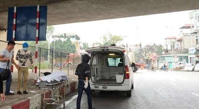 Hà Nội: Thanh niên bất ngờ rơi từ cầu xuống đất, chết tại chỗ - ảnh 1