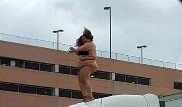 Cô gái 'béo' khỏa thân nhảy múa trên nóc xe tải - ảnh 1